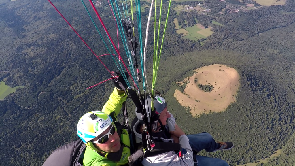 Parapente tandem au dessus du Puy de Come